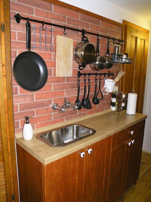Pro přípravu pokrmů a stolování je k dispozici malá vybavená kuchyňská linka.