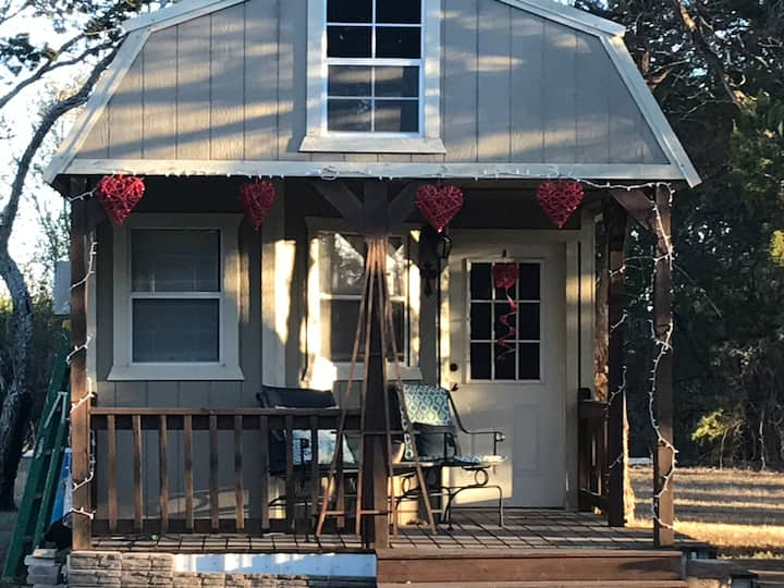 Quaint cabin with privacy near New Braunfels.