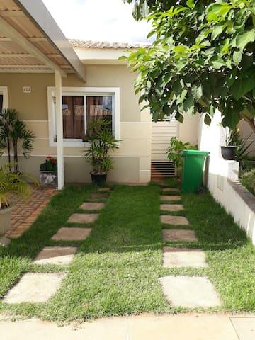 Casa mobiliada - Cond Fechado c/ quintal gourmet