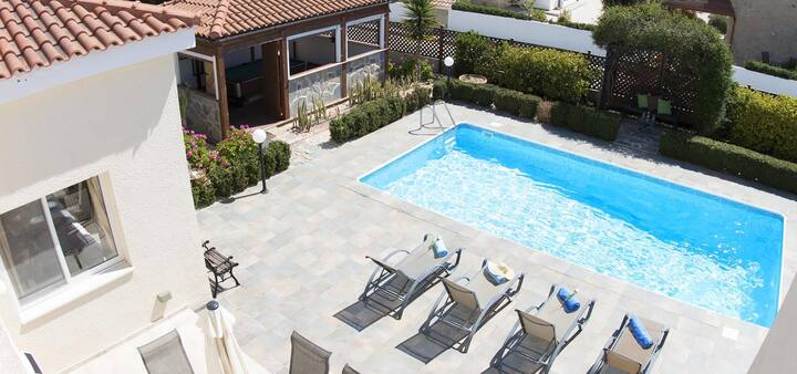 Bungalow Summerside (Coral Bay) - Private Bungalow with a Large Pool, Games Room, BBQ and Free WIFI