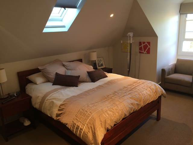 Lovely room close to shops & buses - Mosman - House