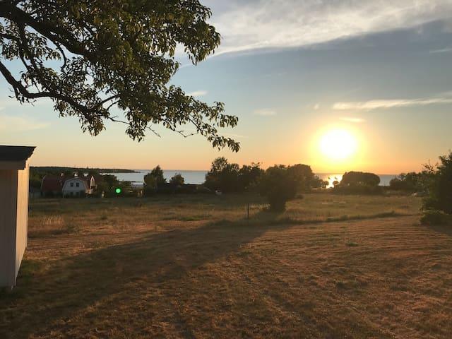 Mysig stuga med havsutsikt i Köpingsvik