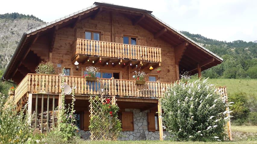 Chalet 1000 m,15 mn lac  Serre Ponçon,  belle vue - Chorges - Chatka w górach