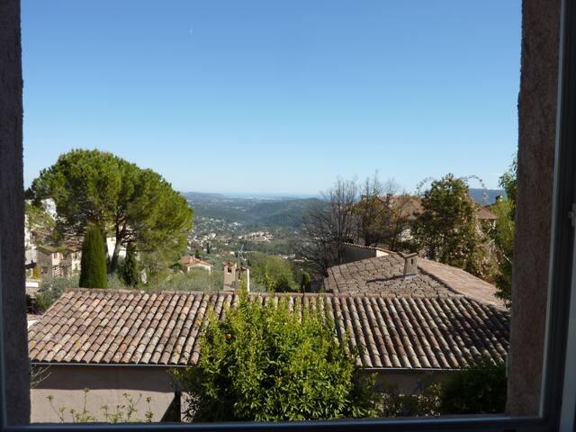 Maison dans village provençal entre mer et montagn