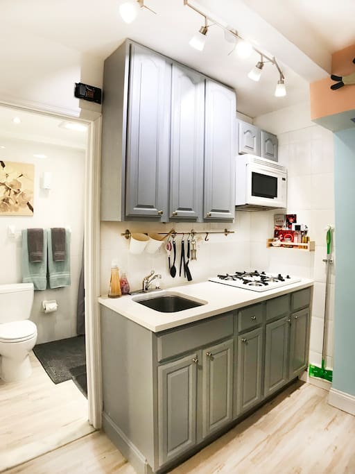 Gas stove kitchen, microwave and all cooking essentials. ( pots & pans, cutting board, knifes...)