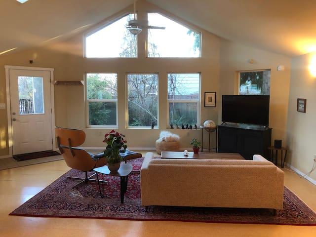 Light-filled Garden Cottage, coveted Harding 'Hood