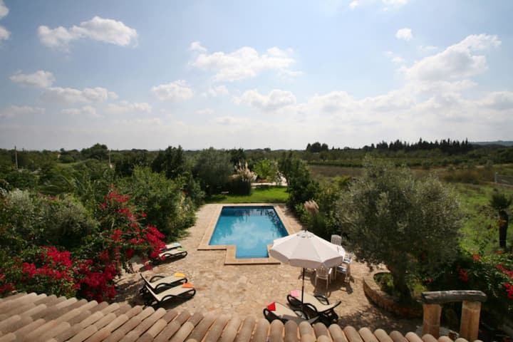 Spacious rustic country house with pool only 1 km from Buger