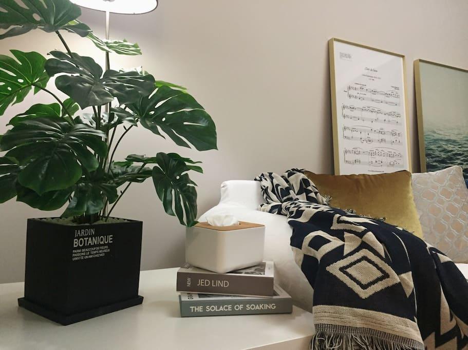 晚间的客厅,柔和的灯光,书香四溢……