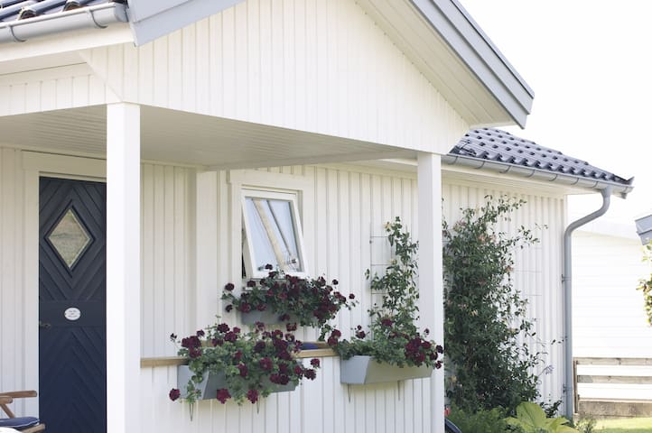 Lovely cottage 300 m from the sea - Varberg - Houten huisje