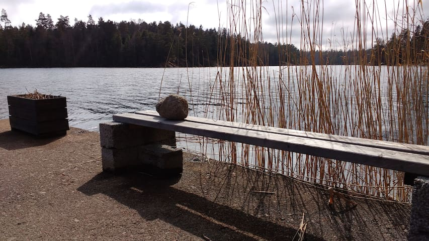 Peaceful cottage by a lake, 60 min from Stockholm