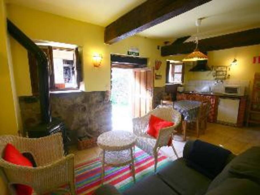 Este es el saloncito-cocina. Estufa de leña, un sofá de dos plazas, dos silloncitos, mesa para 4 y todo lo necesario en la cocina