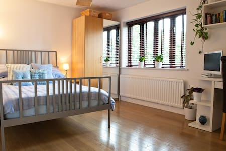 Tasteful quiet double with en-suite - Milton Keynes - Huis