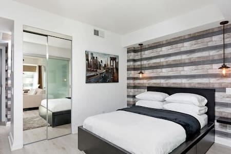YORKVILLE SUNFILLED ONE BEDROOM WITH COOL LUXURY - Toronto