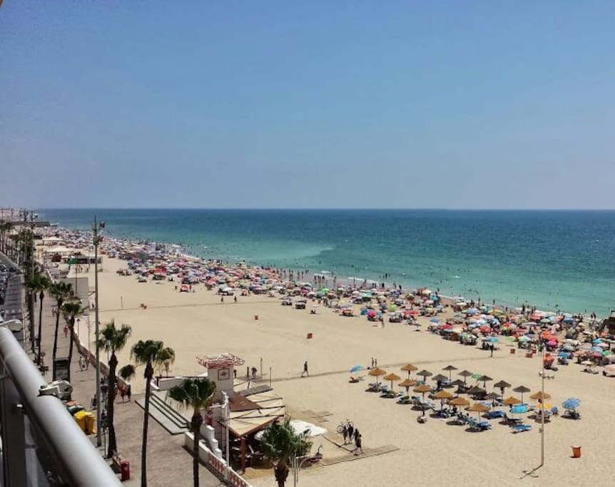 La playa Victoria de Cádiz. La mejor playa urbana de Europa con Bandera Azul