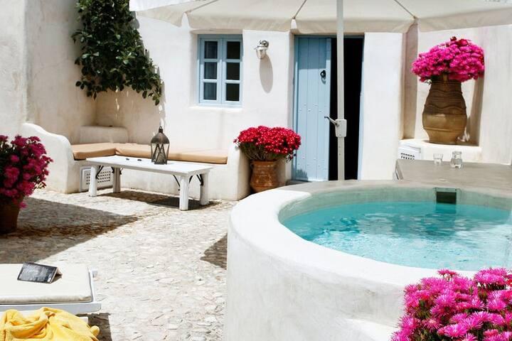 Luxurious Villa in Megalochori Santorini with Jacuzzi