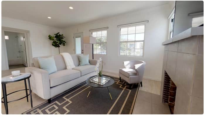 Private bedroom in Beautiful Silver Lake home