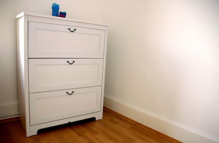 In der Kommode ist viel Platz. Eine Kleiderstange können wir bei Bedarf auch gerne in das Zimmer stellen.