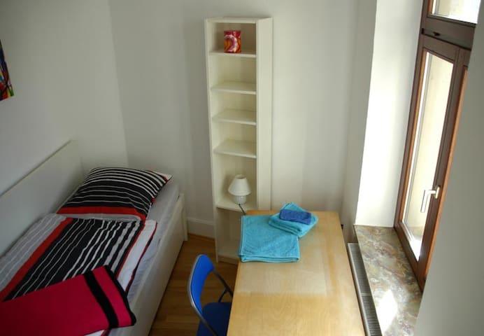 Unser Gästezimmer ist klein aber fein. Es verfügt über ein Bett, einen Schreibtisch, ein Bücherregal und eine Kommode.