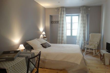Chambre d'hôtes en rdc d'une maison provençale - Tarascon - Gjestehus