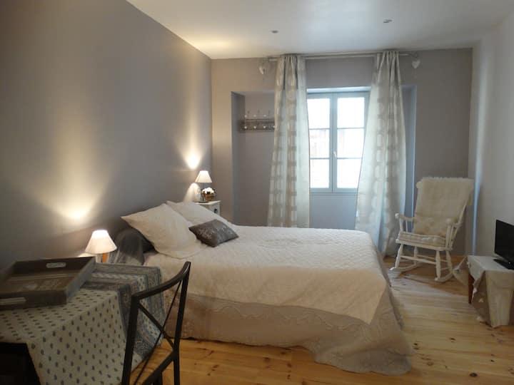 Chambre privée en rdc d'une maison provençale.
