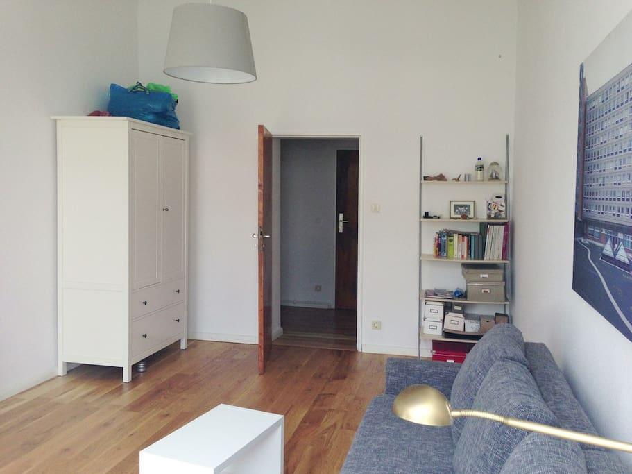 Wohn- und Schlafzimmer mit Kleiderschrank