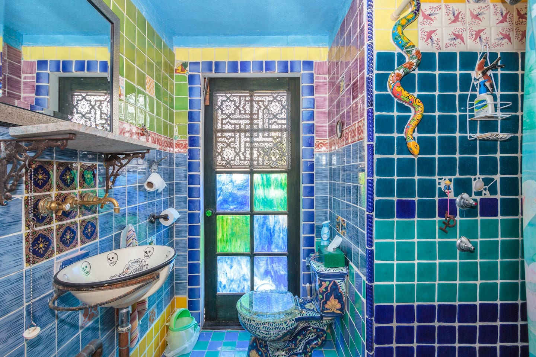 Bathroom ©2o17 Hannah Smith