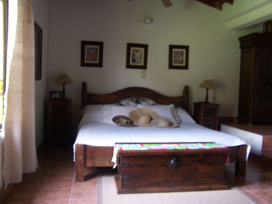 Habitación principal con baño, dos camas dobles y dos sencillas.