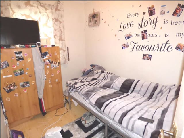 Quiet and airy single bedroom 5 minutes from tube