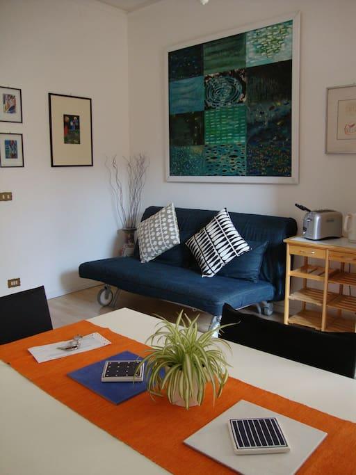 La sala da pranzo con il divano letto