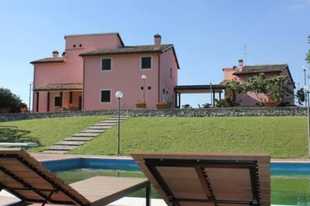 Villa con piscina  5 min da Spoleto - Spoleto - บ้าน