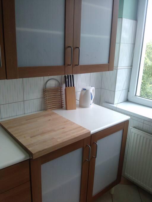 Kuchnia wyposażona w niezbędne naczynia. Kuchenka gazowa.