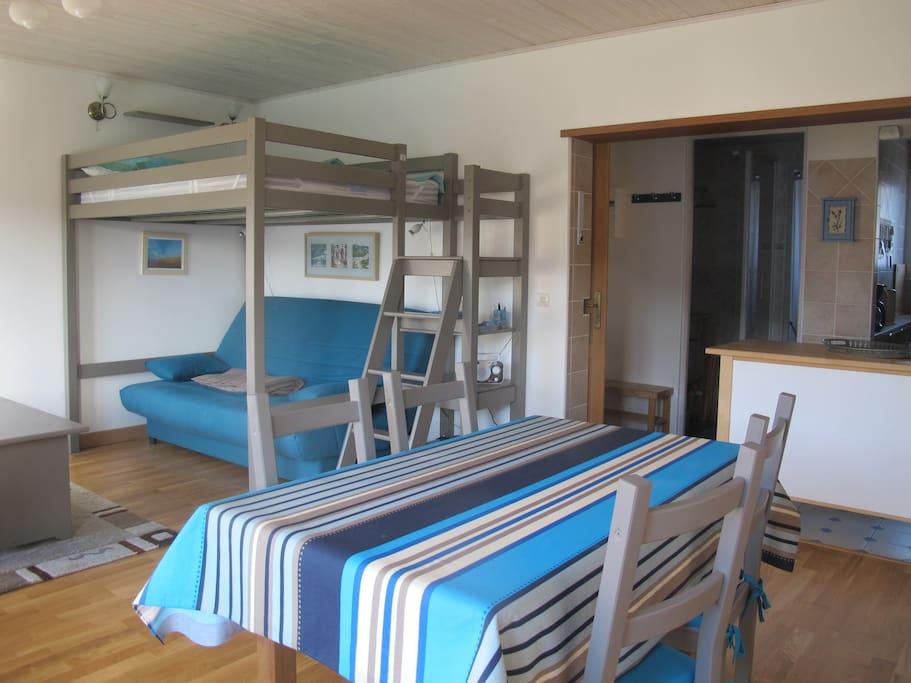2 couchages possibles , clic clac très confortable, matelas 140x190 en mezzanine interdite aux enfants de moins de 6 ans
