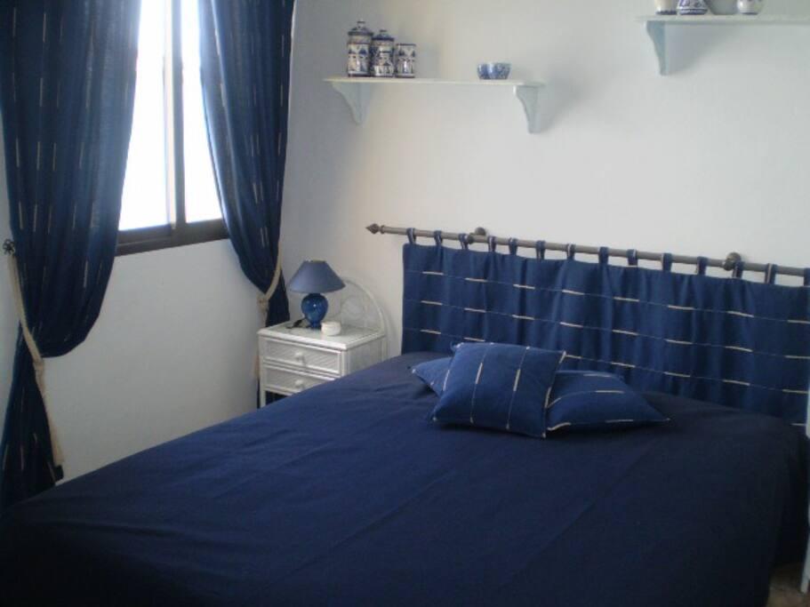 la chambre bleue chambres d 39 h tes louer estepona andalousie espagne. Black Bedroom Furniture Sets. Home Design Ideas