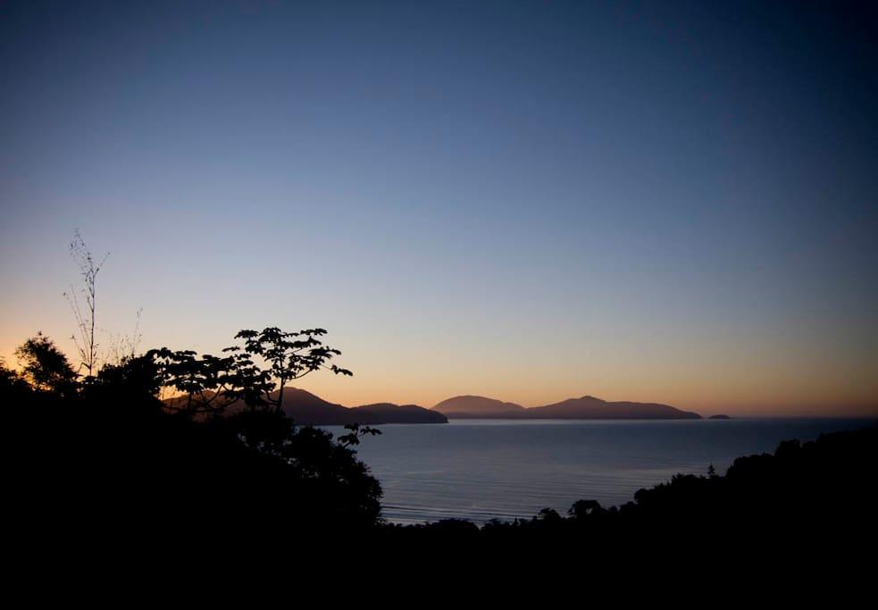 Vista do nascer do sol da varanda lateral da casa