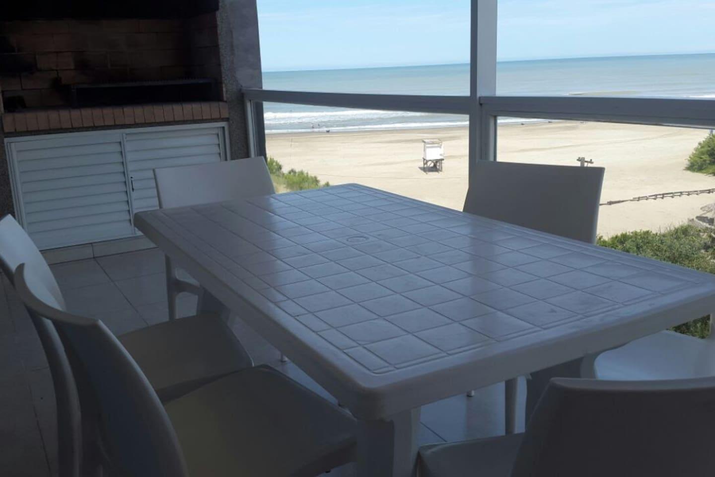 Amplio balcon con parrilla con mesa p 6 personas.Inigualable vista