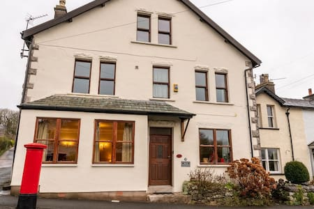 The Old Post Office - Large 6 Bedroom House (Dogs welcome)