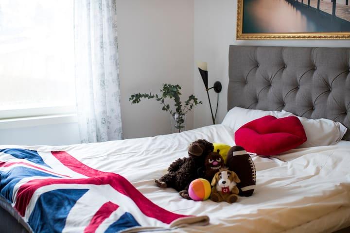 Stor & bekväm King size dubbelsäng 180cm*200cm. Big cosy King size double bed 180cm*200cm.