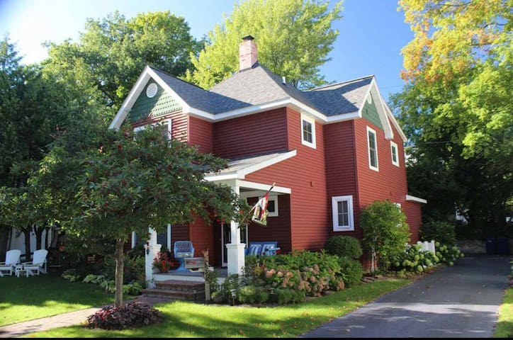 Chx Red Cottage-Pets ok, walk to beach & downtown