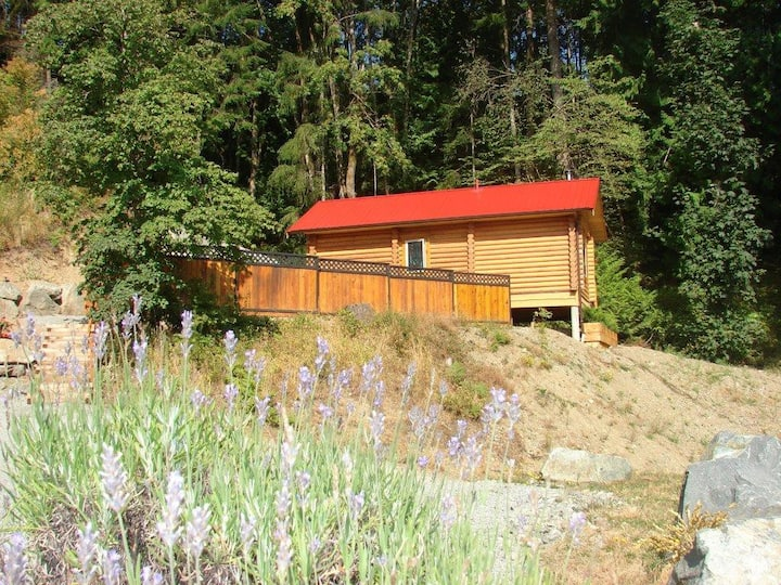 Custom Built Log Cabin ~ Lovely Romantic Getaway.