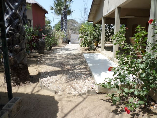 Maison 200m de la plage avec jardin typique - Ndangane - Casa