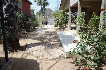 Maison 200m de la plage avec jardin typique - Ndangane - Hus