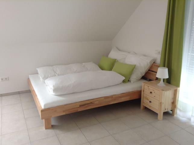 Das Bett hat die Maße 160x200cm