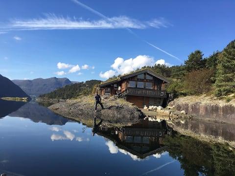 Idylliske 8 manns hytter ved Etnesfjorden. Sjøbris