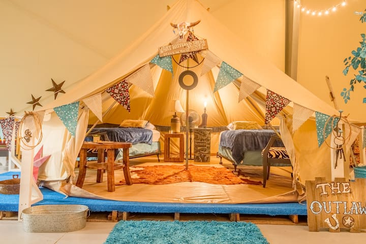 Teepee-The Outlaw inside Lone Star Glamp Inn