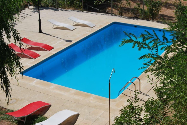 La piscina vista desde las casas.