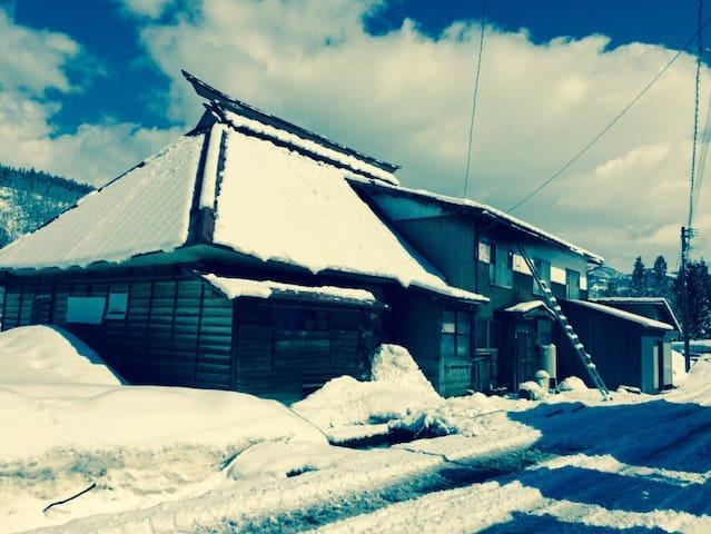 Authentic 80-year Wooden House Nozawa Onsen 27 Pax - Nozawaonsen - Hus