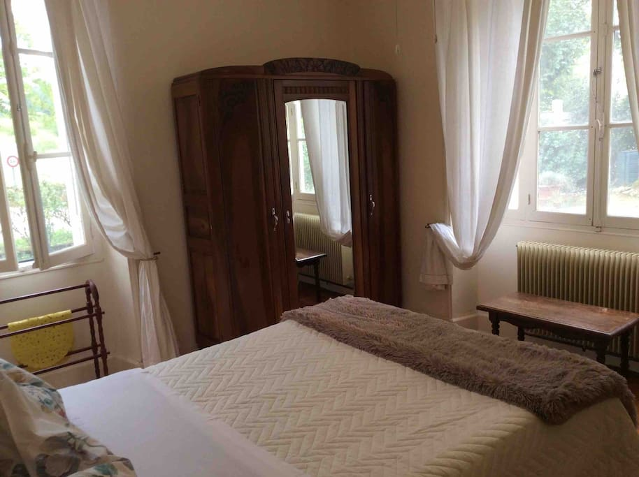 Your ensuite bedroom has a ceiling fan and fly screens, wifi throughout , heated in winter . Comes with  100% coton sheets,  towels blankets toiletries. Included in the price.