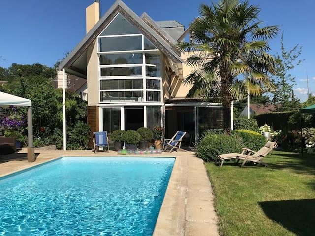 Villa avec piscine chauffée  proche de Paris