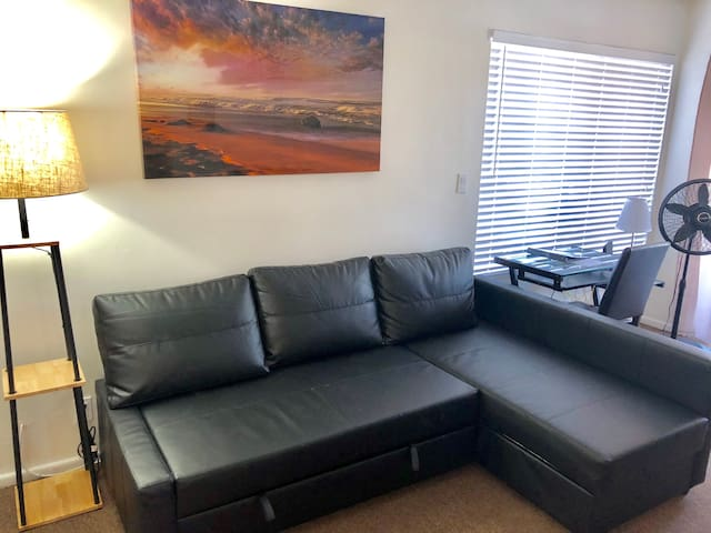 Cozy 2 bedroom 1 bath Apt, 4 miles to LAX Airport!