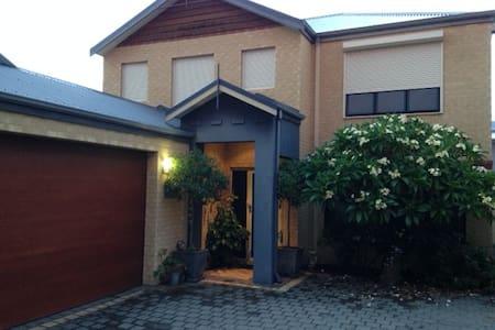 Great for families, master & twin bedroom & lounge - Joondanna - Huis
